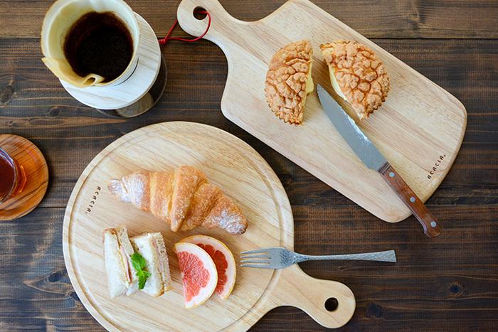 フルーツやバゲットを切るときにカッティングボードとして使うのはもちろん、オードブルやデザートなどの軽食用のプレートとしても使うことができます。