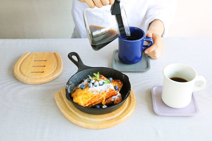 ボタンのようなユニークな形のトリベット(鍋敷き)。Sサイズはスキレットなどの小さな鍋やティーポットにちょうど良い大きさ。Mサイズは大き目の鍋や、グラタンなどのオーブン料理をドーンとテーブルに出すのにぴったりな大きさです。
