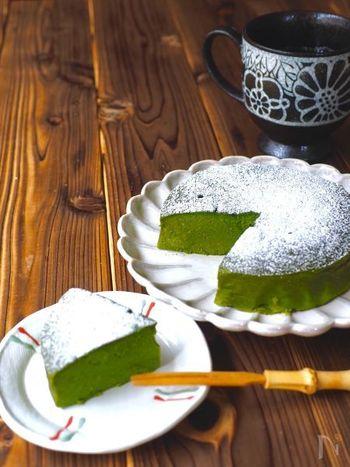 材料5つ!混ぜるだけで簡単にできるケーキのレシピです。豆腐を使っているので、とってもヘルシー。抹茶の色が綺麗に出るのも素敵ですね。