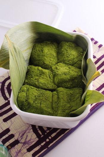 抹茶を贅沢に使ったわらび餅のレシピ。仕上げにもたっぷり振りかけて、抹茶の香りや風味を存分に楽しめます。おもたせにしても喜ばれそう。