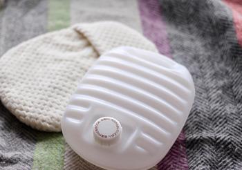 また、低温やけどを防ぐために、湯たんぽには必ずカバーをしましょう。ただ、気をつけなければいけないのは、ほどよい温度と感じていても、長時間肌に触れることで低温やけどになる場合もあること。お布団に入れる場合は、寝る前に湯たんぽで温めておき、寝るときにはずすのがおすすめです。