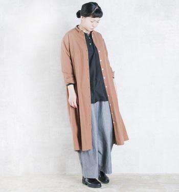 グレーのワイドパンツを合わせたシックなコーデに、レンガ色のようなくすみがかったアウターで柔らかさを添えて。ロング丈のジャケットやコートを上から羽織ってIラインを強調させてあげると、よりすっきりとした印象で着こなせます。