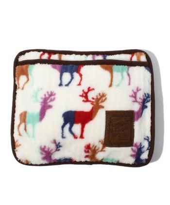 トナカイ柄のフリース生地の湯たんぽ。バッグのようなデザインで、持ち運びしやすいのもいいところ。また、ポケット部分に足を入れて足温器としても使えます。
