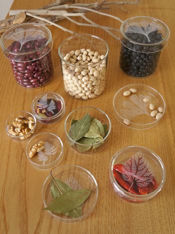 こんな風に豆類やスパイス、胡麻などの乾物を入れておくとなんだかちょっとしたインテリアみたい。中身が綺麗にみえるので、何を入れて並べたら素敵かな?と考えるのも楽しいかもしれません。