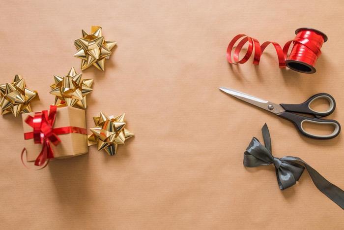 心を込めて探したクリスマスプレゼント。でもちょっと待って。ラッピングは手抜きになってませんか?意外と見落としがちプレゼント包装ですが、素敵にラッピングしてプレゼントすれば、贈った相手の笑顔はさらに輝くはずです。  今回はクリスマスプレゼントにピッタリな、可愛く手軽にラッピングするアイデアをご紹介します。