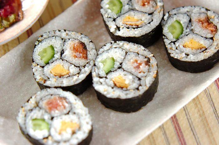 華やかに見える三色巻き寿司は、太めにできるので恵方巻にぴったり。ちょっとコツがいりますが、綺麗に巻ければおもてなしでも自慢できる一品に。