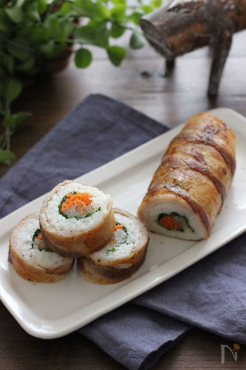 具材ににんじんともやしで作った紅白ナムルを使った、肉巻きおにぎりならぬ肉巻き寿司。お手軽食材で彩り綺麗な恵方巻が作れます。