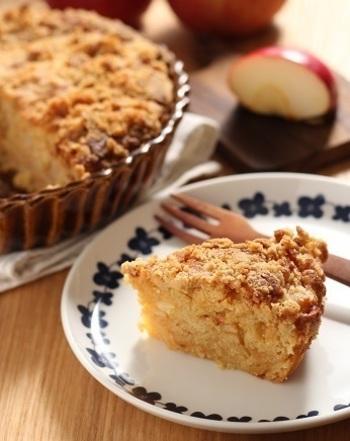 甘さ控えめふんわりシナモン香る、りんごのクランブルケーキ。生のままの紅玉を使用しているのでしっとりフルーティな仕上がりになっています。上にのせたサクサクのクランブルと香ばしい胡桃の食感も楽しめる一品です。