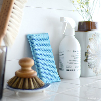 食器洗い用の洗剤を使うと、手荒れが気になる方も多いのではないでしょうか?こちらは、洗剤を使うことができない食品工場のタンクや、油を多く使う飲食店など食品を扱う様々な現場で使われてきた実績のあるスポンジが、家庭用に商品化されたもの。