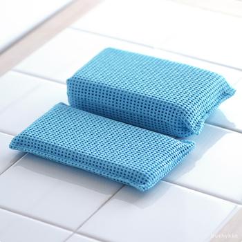 サイズは、同じ大きさで厚みの違う2種類。キッチンまわりや洗面台などには厚さ18mmのスポンジを、お風呂場など、広い場所をしっかり洗いたい場合は、厚さ36mmのスポンジがおすすめ。  頑固な油汚れは、油の融点である50℃以上のお湯を使うとするりと落とせます。耐久性も高く、長く使えるのでおウチに1つ持っておきたいですね。