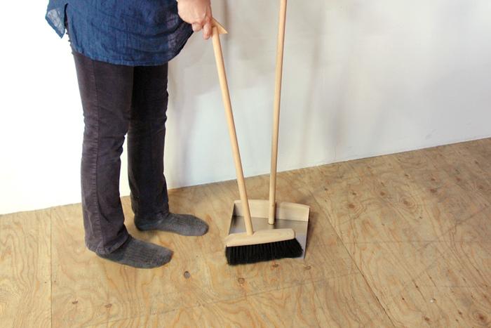 ほうきとちりとりは、柄の部分で結合でき自立して立てかけておけます。ブナ材の柔らかい質感がやさしい印象で、お部屋の隅に立てかけておくだけで絵になります。お掃除が苦手な方も、こんなステキなアイテムがあったらこまめに使いたくなりそう。