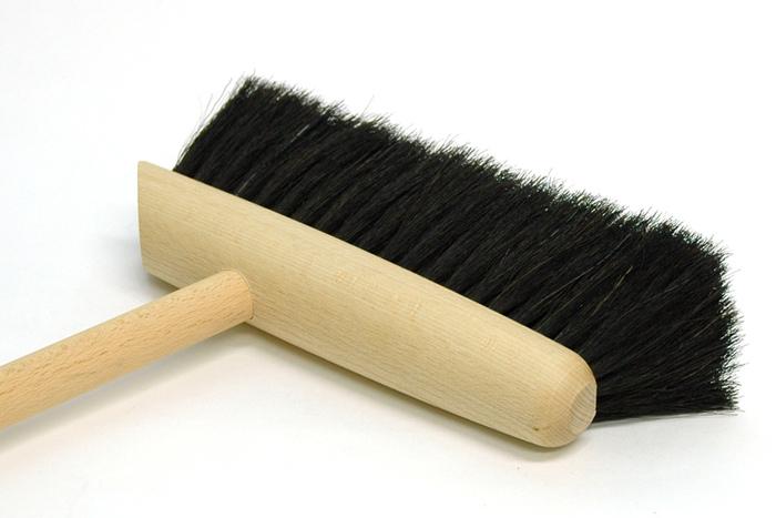 写真からも伝わってくる馬毛のブラシの柔らかさ。本当に手触りが良く、小さなゴミもキチンと拾い上げてくれます。これだけ柔らかければ床にも優しいのも間違いなし!玄関の外もおうちの中もすっきりキレイにしてくれる上質なダストパンセットは、一家にひとつほしいアイテム。