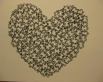 ジグソーパズルで形取られたハートはとても複雑。まるで本物の恋を表しているようですね。壁に貼っても額に入れても素敵です。