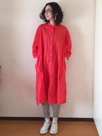 装いがパッと華やぐコーラルオレンジのシャツワンピース。もちろん一枚で着るのも素敵ですが、リラクシーな趣にしたいなら、レギンスを仕込むのが正解です。