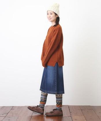 ネイティブな編地のレギンスは、穿くだけでスタイルがフォーキーに転化。マンネリに陥りがちな冬コーディネートの、カンフル剤としても使えます。