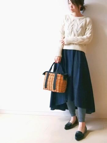 前後で長さが違うフィッシュテールスカート。あえてレギンスを覗かせれば、気負わないのに女性らしい、絶妙なスカートルックの完成です。