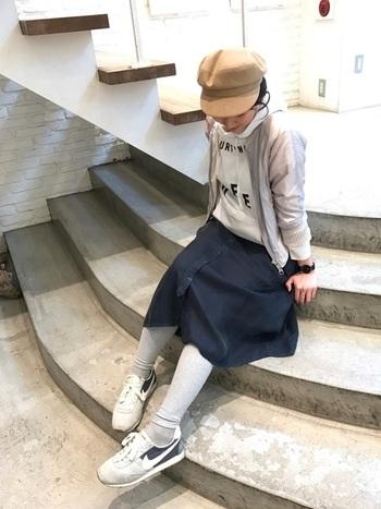 ほんのりスポーティーな着こなしは、クレバーなカラーブロックで大人っぽさを表現。ネイビーのスカートにグレーのパーカとレギンスを合わせ、洗練されたアクティブコーディネートに仕上げます。