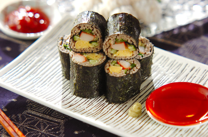 ご飯ではなく、お蕎麦を巻いそば巻き寿司。ちょっと雰囲気を変えたい節分にぴったりです。豪華に見えるのでおもてなしにも。