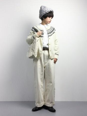 このシーズンの定番であるノルディック柄ニット。ホワイト系ワントーンの着こなしに取り入れれば、季節感とこなれ感が宿ります。