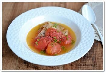 トマトに含まれる「リコピン」は、健康にも美容にもいいと注目される栄養素。油などと一緒に摂取したり、加熱したりすると、体内に吸収されやすくなるといわれています。豚バラ肉とトマトを炒めて、ダシ昆布などで煮込んだ体に優しいスープ。味つけは塩などでシンプルにまとめて、昆布の風味と味を楽しみましょう。
