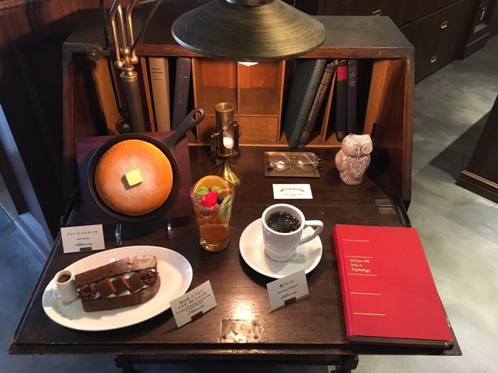 「梟書茶房」は、コーヒーのスペシャリストであり、日本スペシャルティコーヒー協会・副会長でもある「ドトールコーヒー」の菅野眞博氏と、多彩なアプローチで書籍を提案する「かもめブックス」店主でエディトリアルジェットセットの柳下恭平氏がつくったお店です。コーヒーと本を深く愛するお2人とあって、「梟書茶房」には一筋縄ではいかない魅力が満載です。