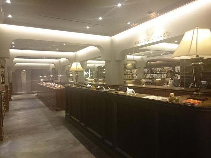 高級ホテルのレセプションのようなレジコーナーの奥には、コーヒーカウンター&キッチンのほかに、5つの趣の異なる客席スペースが広がっています。どの席で楽しもうかな…?と席を選ぶだけでもワクワクしちゃいますよ!