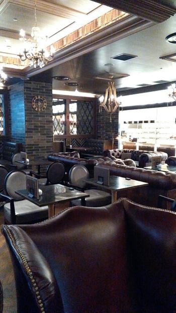 まるで高級ホテルのロビーのような、アンティーク調のソファが並ぶスペース。ゆったりと腰をすえてくつろぎながら、本を読んだり、コーヒーを飲んだりできる落ち着いた空間です。