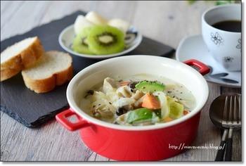 タマネギやニンジン、しめじなど、たっぷりのお野菜とキノコを摂取できるクリームスープ。最後に、森のバター「アボカド」を加えることで、さらに栄養たっぷりに♪鶏むね肉を具材に使っているので、メイン料理としてもおすすめです。食物繊維が豊富な「もち麦」を加えると、もちもちした食感を楽しめます。