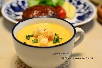 「ポタージュ」とは、日本では一般的にとろみがあるスープのことをそう呼びます。濃厚で飲みごたえがあるので、寒い日の朝食におすすめです。見ためはカボチャのスープみたいなのですが、実はニンジンでつくったポタージュスープ。絹ごし豆腐を入れて、まろやかな味わいに仕上げています。ニンジンが嫌いなお子さまでも喜んでくれそう。
