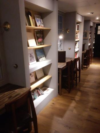 自由に読むことができる約1000冊の本が収納された本棚。その間に2人用の席が並びます。本棚の間にある席は、さながら秘密基地のよう。すべて窓に向かっているので、誰かと一緒でも本に集中できそうです。