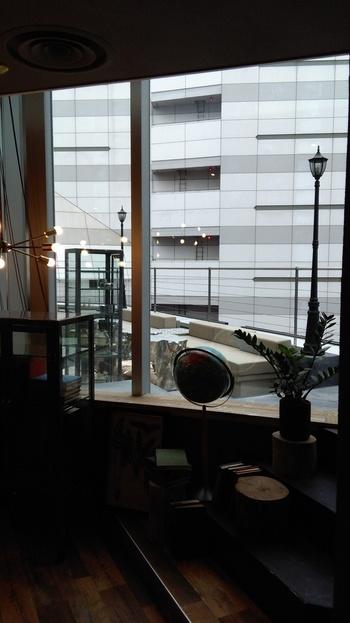 晴れの日限定の特等席!たっぷりの緑に囲まれたテラス席は、青空の下で読書とコーヒーが楽しめる贅沢な空間です。