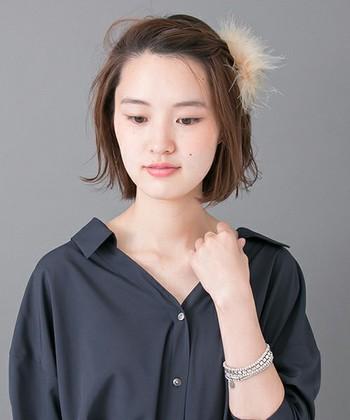 淡いカラーリングが愛らしい、ファーつきのヘアクリップ。いつものヘアアレンジに添えるだけで、グッと季節感が出てきます。