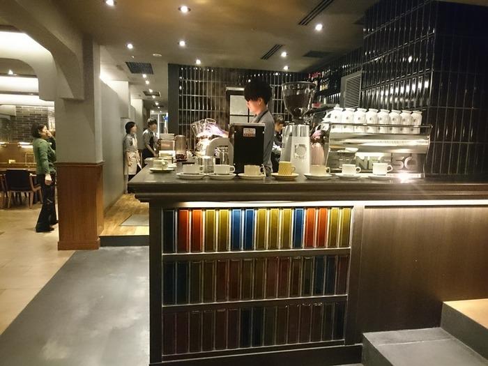 コーヒーは、オーダーが入ってからサイフォンで丁寧に淹れてくれます。コーヒーマイスターである菅野氏がブレンドしたコーヒーは、本を読みながらゆったり味わうのにふさわしい一杯。 ほかにも魅力的なドリンクメニューがたくさんありますが、迷ったらこだわりのコーヒーを味わって!