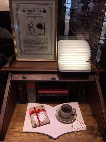 数量限定の「珈琲とシークレットブックセット」。その名のとおりのコーヒーと本のセットには、わくわくする仕掛けが! 本は袋とじになっており、オープンするまで中身はヒミツです。さらにコーヒーは、その本に合わせてブレンドしたオリジナル。コーヒーを飲みながら本の内容を想像してもよし、本を先に開いてコーヒーの味をイメージしてみるもよし。さまざまな楽しみ方ができます。