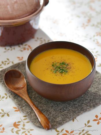 カボチャといえば、ポタージュの定番ですね。豆乳を加えることで、まろやかで栄養価が高いポタージュが完成。カボチャ本来の甘みを生かせるように、味つけは麺つゆや塩コショウのみといたってシンプル。