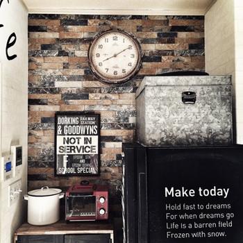 キッチンの壁紙を変えるだけで大きく変わるイメージ。火を使わない場所なら壁紙も貼り替えやすいですよね。