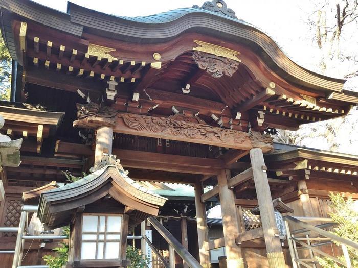 鎮守氷川神社は室町時代に創建された歴史ある神社で、主祭神はヤマタノオロチで有名な素盞鳴命(すさのおのみこと)。縁結びや夫婦円満に、そして金運上昇や悪運退散にご利益があるとされています。