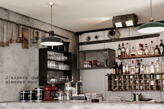 普段使いのコップや調理道具が、まるで工具のように整然と並びます。味のある棚や壁の色も大人な雰囲気ですね。