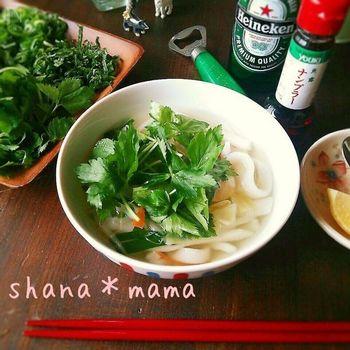 「フォー」とは、米粉でつくったベトナムの平たい麺のこと。鶏ガラなどでダシをとったスープにフォーを入れた麺料理は、一般的に「フォー」と呼ばれています。米粉や片栗粉をつかって、麺から手づくりした本格的なフォー。鶏ガラスープの素をつかえば、味つけも簡単です♪