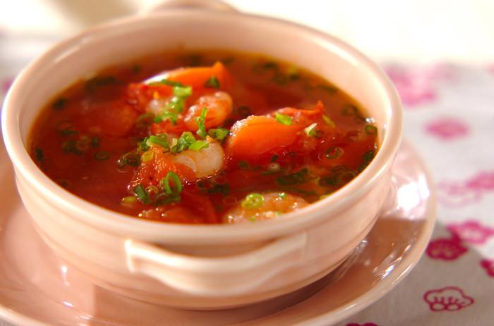 豆板醤で味つけすることで、ワインとも相性ばっちりのピリ辛スープのできあがり。トマトの酸味と豆板醤のコクを同時に楽しめます。濃厚なトマトスープなのですが、カロリーはなんと70kcal。ニンニクやネギも加えているので、スタミナも満点です!