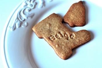 ジンジャークッキーは、アメリカでは「ジンジャースナップ」とも呼ばれるクッキーの伝統的な種類の1種で、生姜を使って作られるクッキーのことです。