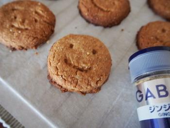 生姜の味をしっかりつけたい時は、すりおろした生姜を使の、控えめにしたい時はショウガパウダーを使います。クッキーに目や鼻、口をつけていろんな表情を作ってみよう。