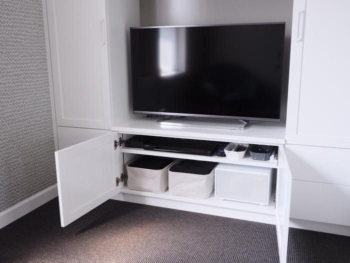 こちらは棚が一段あるだけのシンプルなTVボードの収納です。ボックスを入れて、リモコン類をまとめたりしています。