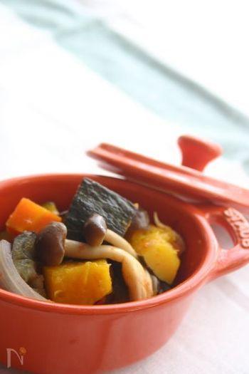 れんこん、にんじんなどの根菜を加えたラタトゥイユは、野菜の重ね方がポイントです。野菜本来の美味しさが感じられる、冬にぴったりなラタトゥイユ。煮物やサラダ感覚で食べてもいいですね!