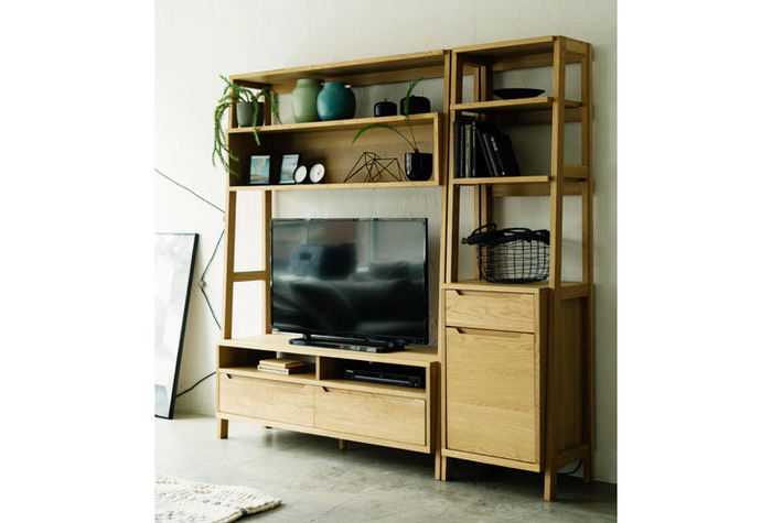 背面パネルがない分、狭いお部屋でも圧迫感なくテレビ周りを片付けることができます。シリーズの組み合わせてさらに収納量を増やすことも可能です。