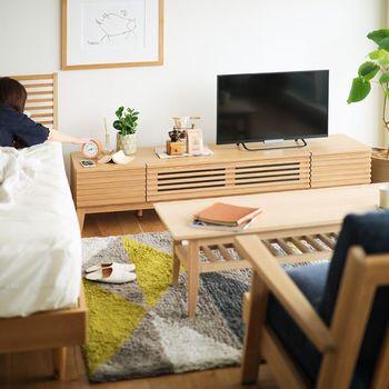 ゆとりのある大き目サイズなら、収納スペースとしてはもちろんのことサイドテーブルとしての役割も果たしてくれます。一人暮らしのワンルームでもお役立ち。