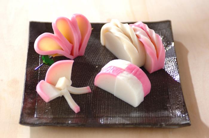 かまぼこはいろいろな飾り切りの方法があります。紅白のかまぼこは、ほかの食材にはないやわらかい色味をプラスできるので、冷蔵庫に買い置きしておきたい素材です。