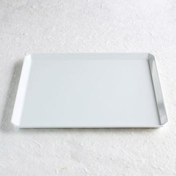 おせち料理はカラフルなので、できれば単色や白色のプレートがおすすめ。シンプルで真っ白な有田焼の角皿も、もちろん盛り付けにぴったりです。