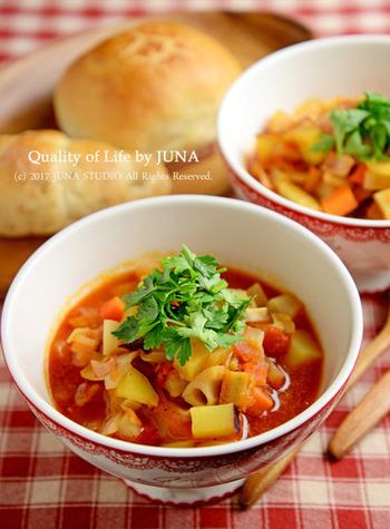 """ラタトゥイユをスープ風に仕上げた一品は、寒い冬にぴったりで、""""ほっこり""""体があたたまりそう。冬野菜がたっぷり入って、食べごたえも抜群です。隠し味のお醤油で深みのある味わいに!"""