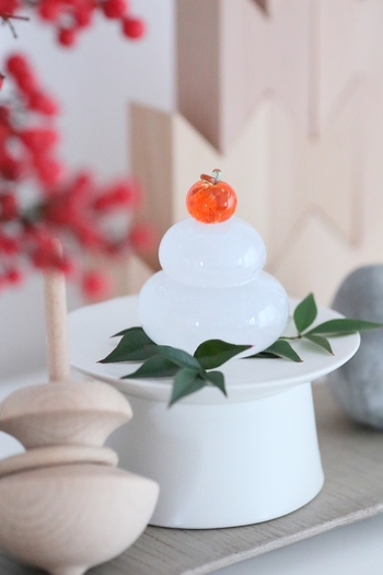 古くから、日本人の暮らしと密接に結びつく「歳神様」を新年にお迎えするために、年末にさまざまな支度をします。神様の入口となる玄関を掃除して清める「大掃除」の習慣や、お正月飾りやお供えを飾るのも、歳神様をお迎えする準備なのです。